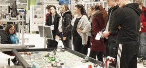 Opiskelijaryhmä tutustumassa legorobotteihin OpenSAMK-tapahtumassa Porissa.