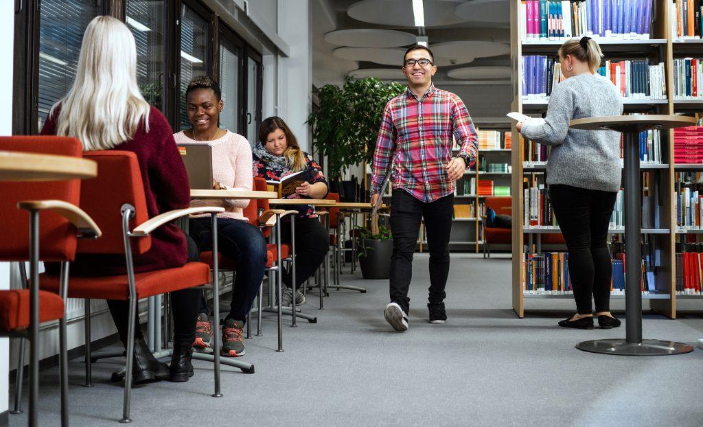 Opiskelijoita kirjastossa, students in the library.