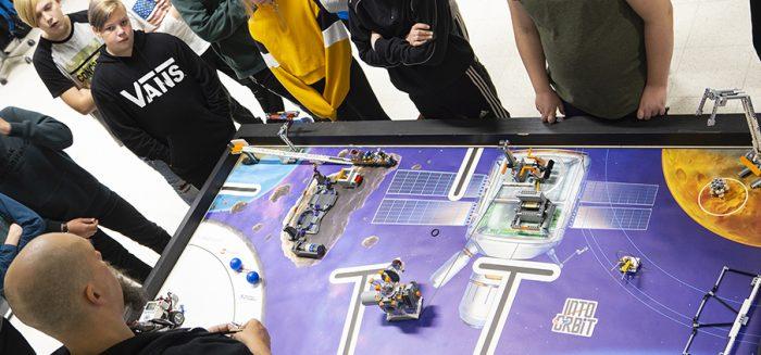 Marko Hakanpää esittelemässä koululaisille Lego First League -kilpailun pelialustaa.
