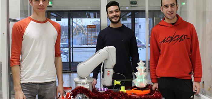 Kansainväliset opiskelijat ohjelmoimassa Yumi-robottia.