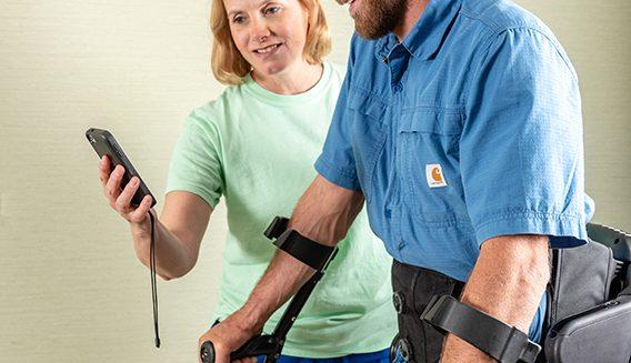 Robotisoidun Indego-exoskeleton tukirangan käytön esittelyä.