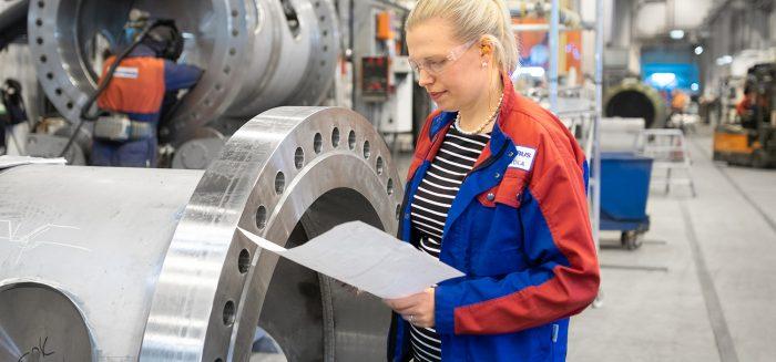 Tuotantotalous- ja tekniikka-alan insinööriksi opiskeleva Elina Seikola seuraa Vahteruksella tilausten virran kulkua.