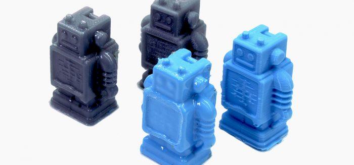 3D tulostettuja pieniä robottimalleja.