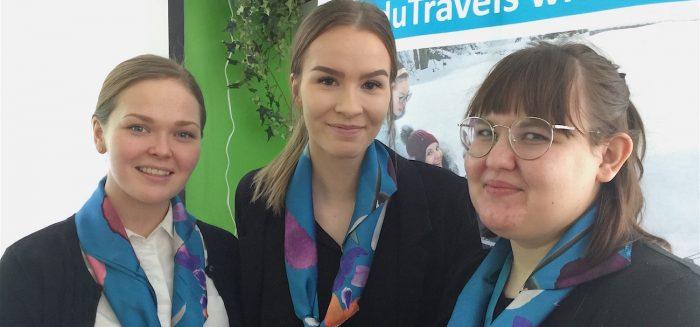 Michaela Särs (vas.), Sanna Alakuju ja Kiia Mäkinen ovat SAMK Bridgeen rekrytoituja matkailun opiskelijoita.