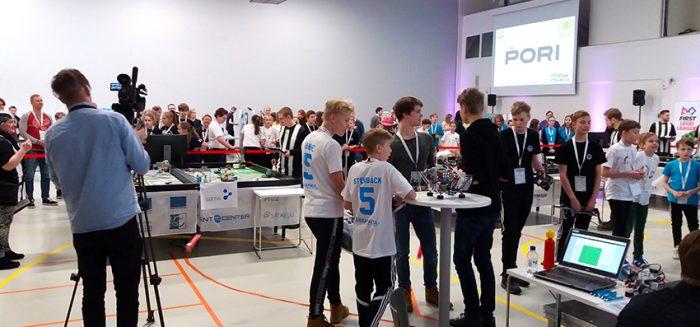 First Lego League Finland -kilpailut käynnissä Agora-salissa.