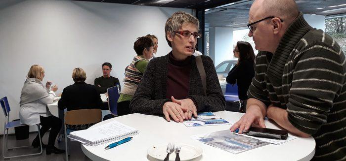 Sanja Bauk keskustelee Heikki Koiviston kanssa mahdollisesta yhteistyöstä myös SME Aisle -hankkeessa. Taustalla keskustelussa Meri-Maija Marva, Howard Theunissen ja Sauli Ahvenjärvi. SAMK