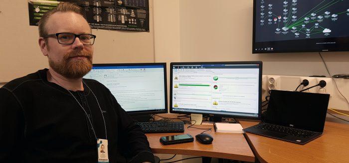 Jori Kymäläinen istuu tietokoneen äärellä.