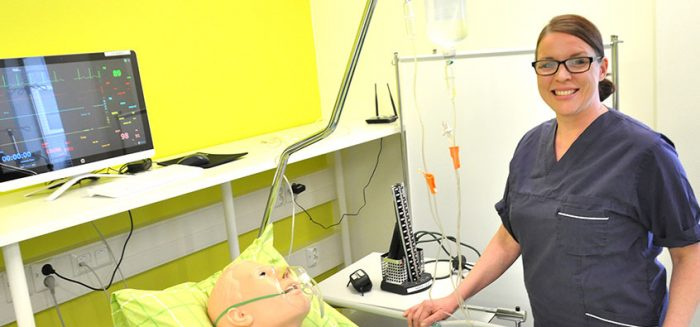 Hoitotyön monimuoto-opiskelja Terveyden ja hyvinvoinnin simulaatiokeskuksessa, Porin kampuksella.