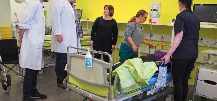 Lääketieteen opiskelijat kohtaavat potilaan omaisen SAMK Porin kampuksen simulaatiotilassa. Medical students meet the patient's relative in the simulation space of the SAMK Pori campus.
