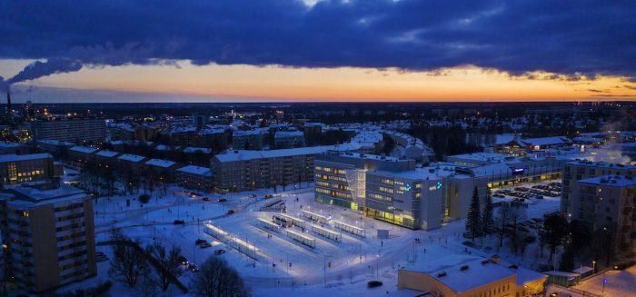 SAMK kampus Pori talvi-illassa Dronella kuvattauna.