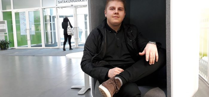 Mies istuu SAMKin Porin kampuksen aulassa