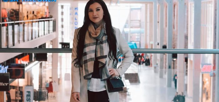 Erika seisoo kauppakeskus Puuvillan käytävällä.