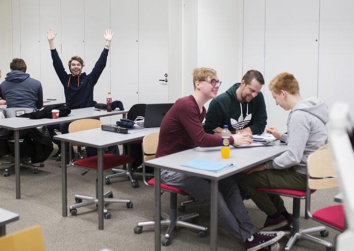Tekniikan opiskelijoita englannintunnilla Quizlet-sanapelin kimpussa