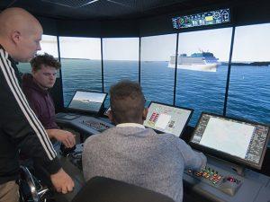 Opiskelijoita merenkulun simulaattorissa SAMKin Rauman kampuksella.