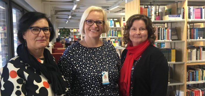 Riitta Tempakka, Daniela Tanhua ja Johanna Rastas-Tuominen puhaltavat yhteen hiileen SAMKin Talous ja Tekniikka Akatemiassa.