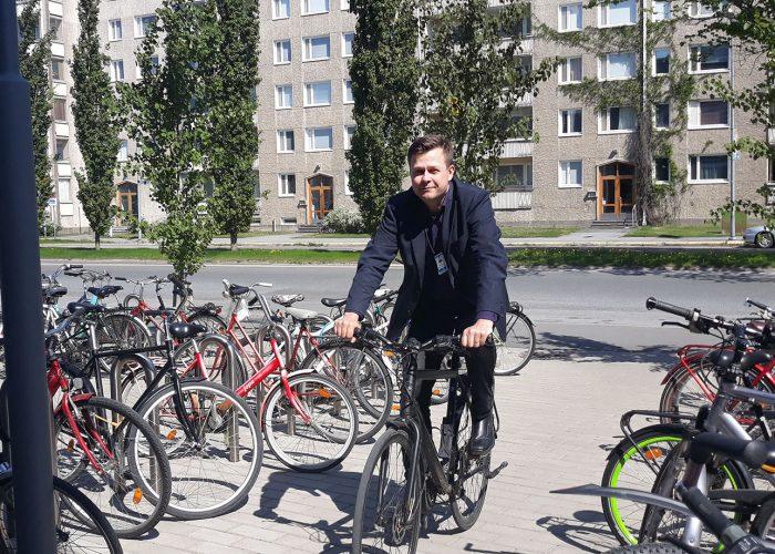 ri Iisakkala pyöräilee usein töihin.   Jari Iisakkala often rides a bike to work.