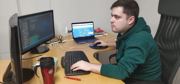 Aro Laaksonen istuu tietokoneen äärellä.
