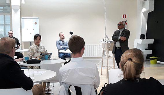 Kansainvälisen seminaarin osallistujia luokkatilassa.