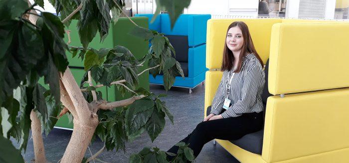 Taija Seppälä istuu nojatuolissa
