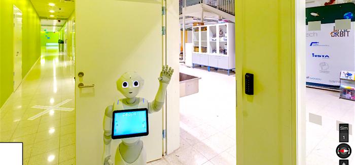 Pepper-robotti SAMKin automaatiolaboratorion ovella heiluttamassa.