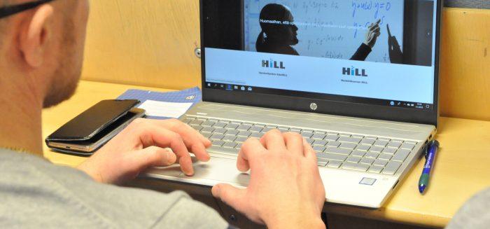 Opiskelijoita koneella verkko-opiskelun infossa