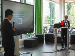 Professorit Mr. Rong Guang and Mr. Han Pingxin luennoimassa perinteisestä kiinalaisesta lääketieteestä kirjastossa.