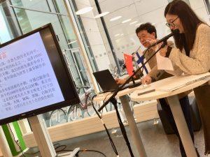 Kiinalainen luennoitsija Chen Liehan ja tulkki luennoimassa.
