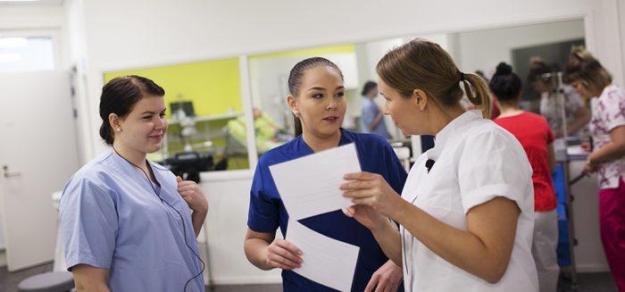 Sairaanhoitajaopiskelijoita hoitotyön simulaatiotilassa.