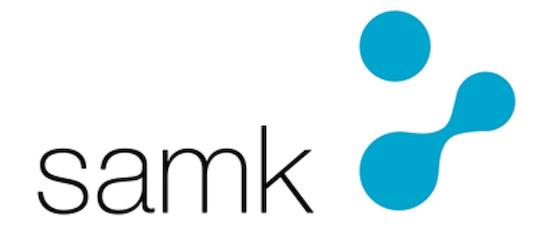 Turkoosi SAMK logo mustalla SAMK tekstillä ja valkoisella pohjalla