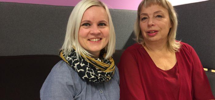 Opettajat Mari Linna Ja Liisa Hannuksela kahvihuoneen sohvalla.