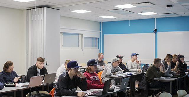 Opiskelijoita SAMK kampus Porin luokassa.
