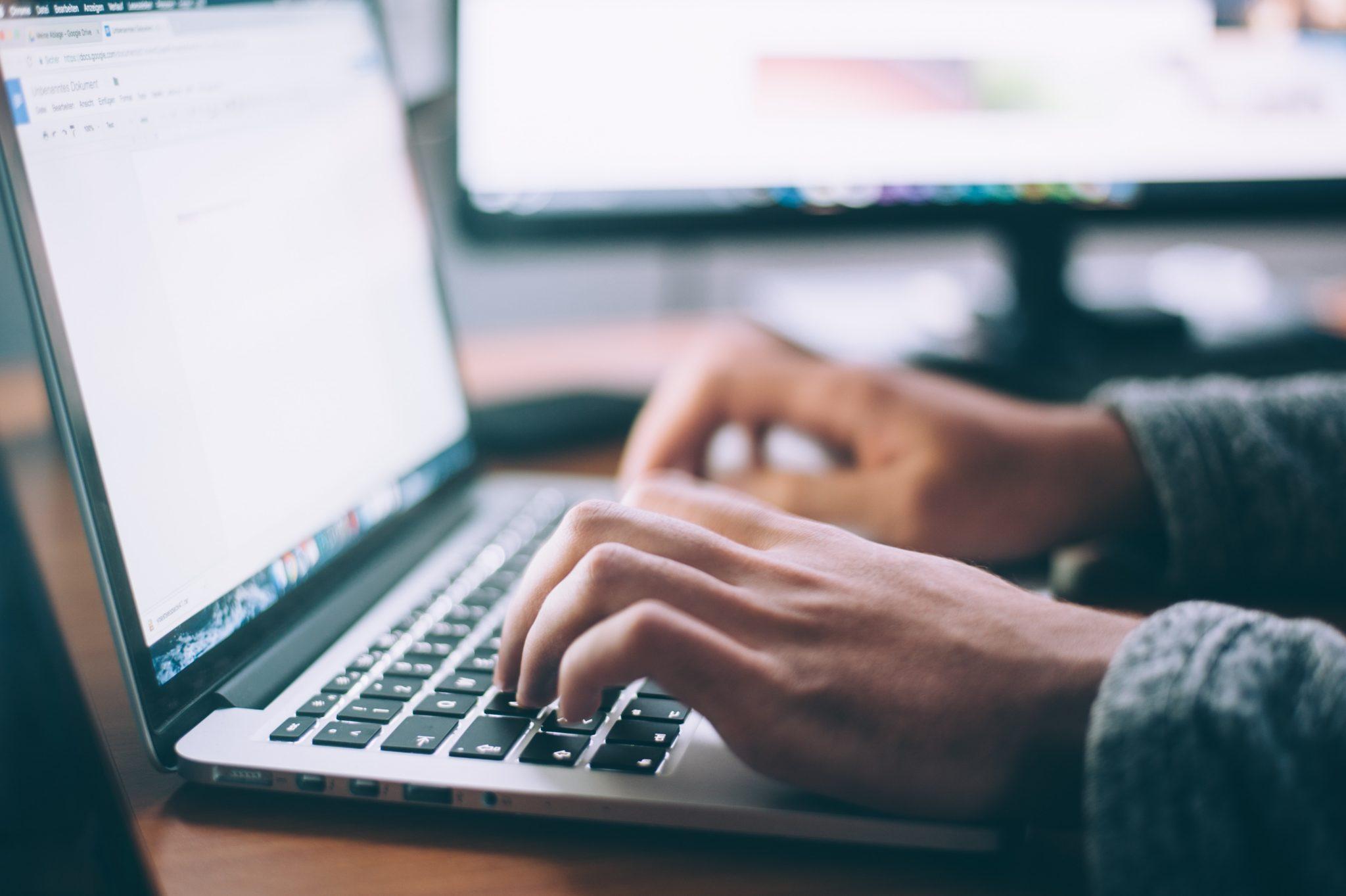 Kädet ja kannettava tietokone