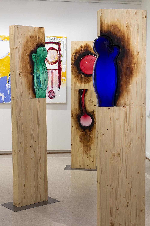 eosta laajasti esittelevä otos,, sekä veistoksia että maalauksia näkyy, view on installation
