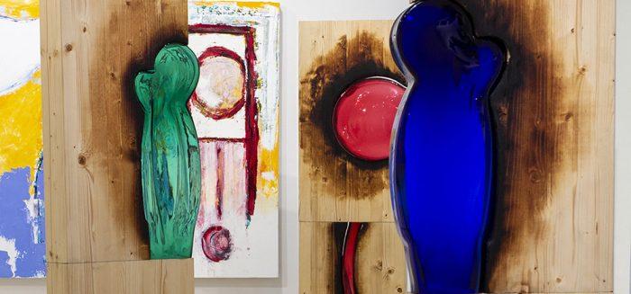 Teosta laajasti esittelevä otos,, sekä veistoksia että maalauksia näkyy