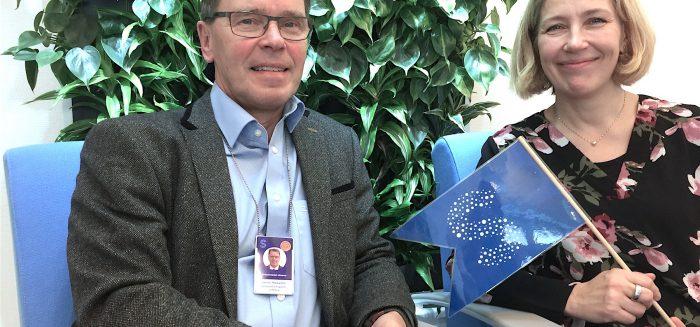 Satakunnan sairaanhoitopiirin johtaja Ermo Haavisto ja dosentti Anu Holm istuvat.