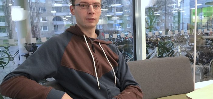 Nuori mies istuu sohvalla