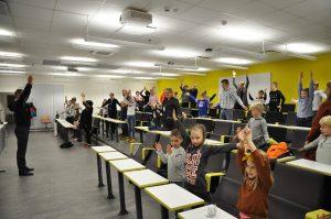 Työntekijöiden lapsia SAMK-kampus Porin auditoriossa jumppaamassa Lapsi mukaan töihin -päivänä.