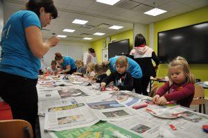 Työntekijöiden lapsia SAMK-kampus Porin luokassa askartelemassa Lapsi mukaan töihin -päivänä.