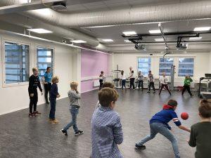 Työntekijöiden lapsia SAMK-kampus Porin luokassa pelaamassa polttopalloa Lapsi mukaan töihin -päivänä.