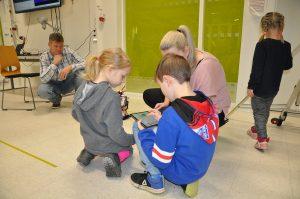 Työntekijöiden lapsia SAMK-kampus Porin automaatiolaboratoriossa Lapsi mukaan töihin -päivänä.