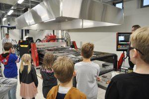 Työntekijöiden lapsia SAMK-kampus Porin konetekniikan laboratoriossa Lapsi mukaan töihin -päivänä.