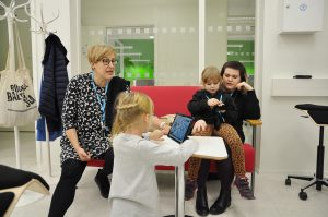 Työntekijöiden lapsia SAMK-kampus Porin ympäristölaboratoriossa Lapsi mukaan töihin -päivänä.