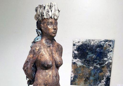 Veistos alaston nainen ja taustalla maalaus, osa