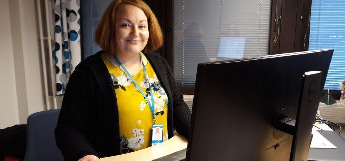 Logistiikan ja merenkulun toimialasihteeri Anu Hakkarainen työpöytänsä äärellä Rauman kampuksella.