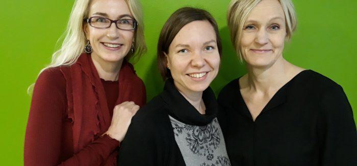 Kolme naista puolilähikuvassa.