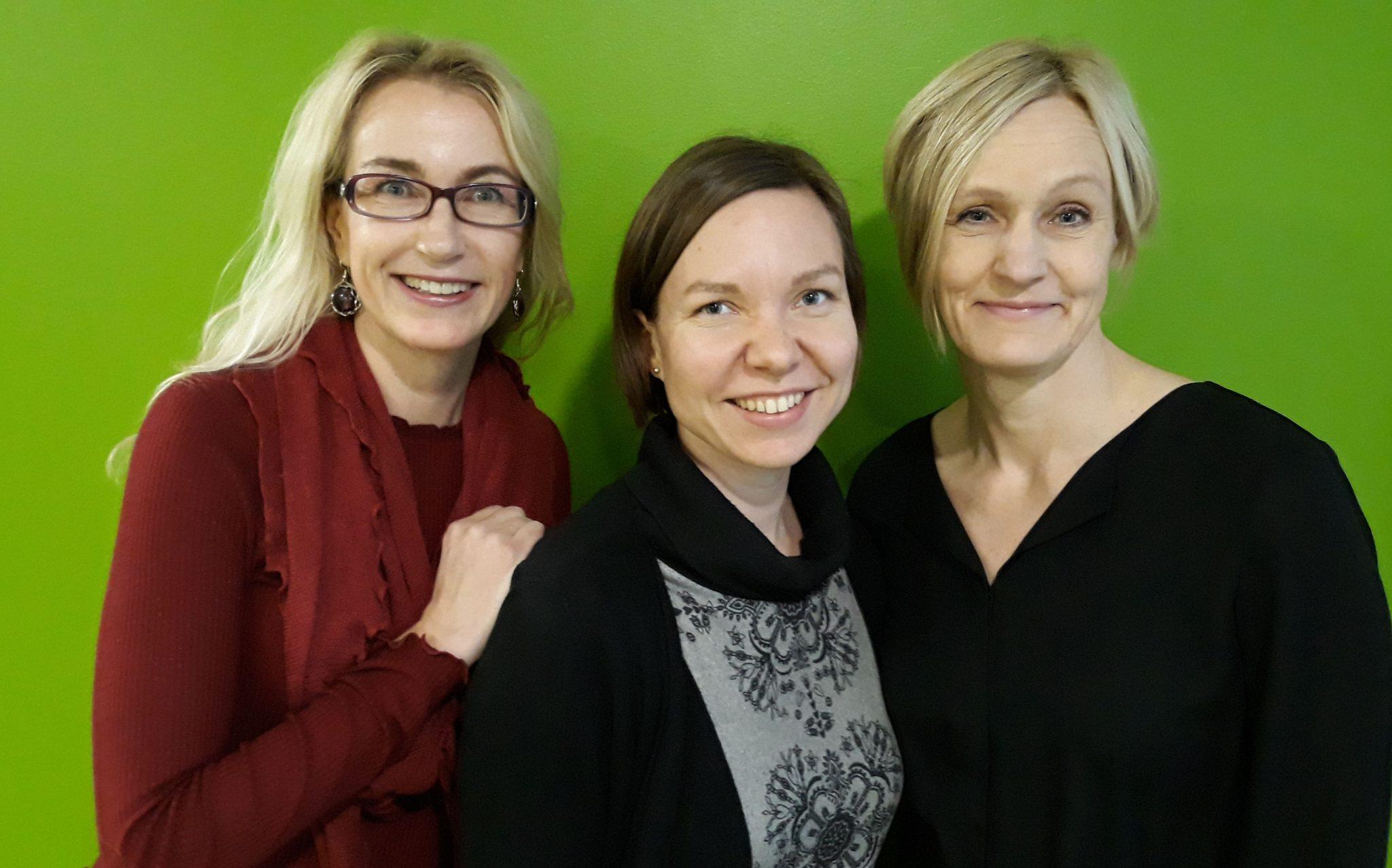 Kolme naista puolilähikuvassa | 3 women, the authors