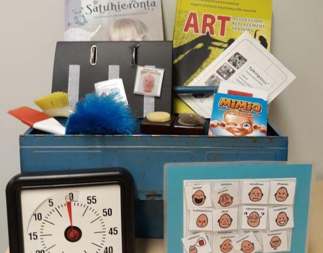 Menetelmäpakin välineitä vanhan ajan työkalupakissa