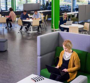 Opiskelija SAMK-kampus Porin kirjastossa.