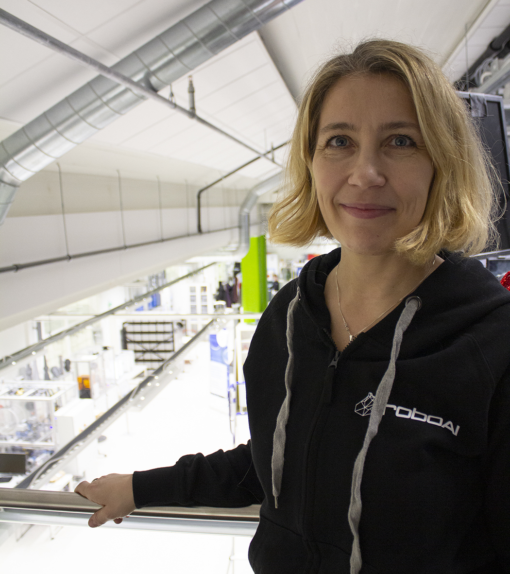 Anu Holm RoboAI:n laboratoriossa.