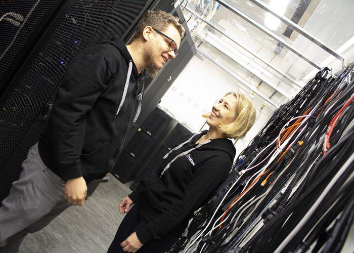 Juho Salli ja Anu Holm talking to each other.